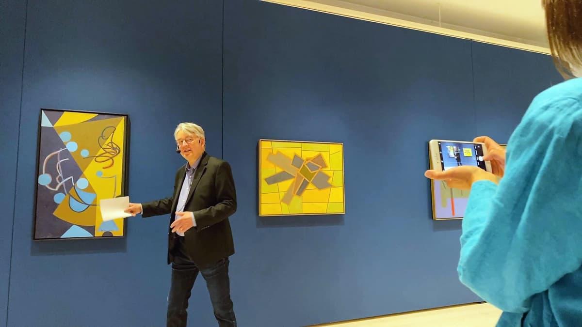 Taidekriitikko Timo Valjakka esittelee Nikolai Tangenin kokoelmian helmiä Hämeenlinnan taidemuseossa