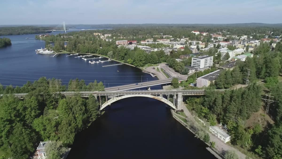 Kuvassa oikealla Heinolan keskusta, etualalla Jyrängön maantie- ja rautatiesillat. Kauempana näkyy nelostie ja Tähtiniemen silta.
