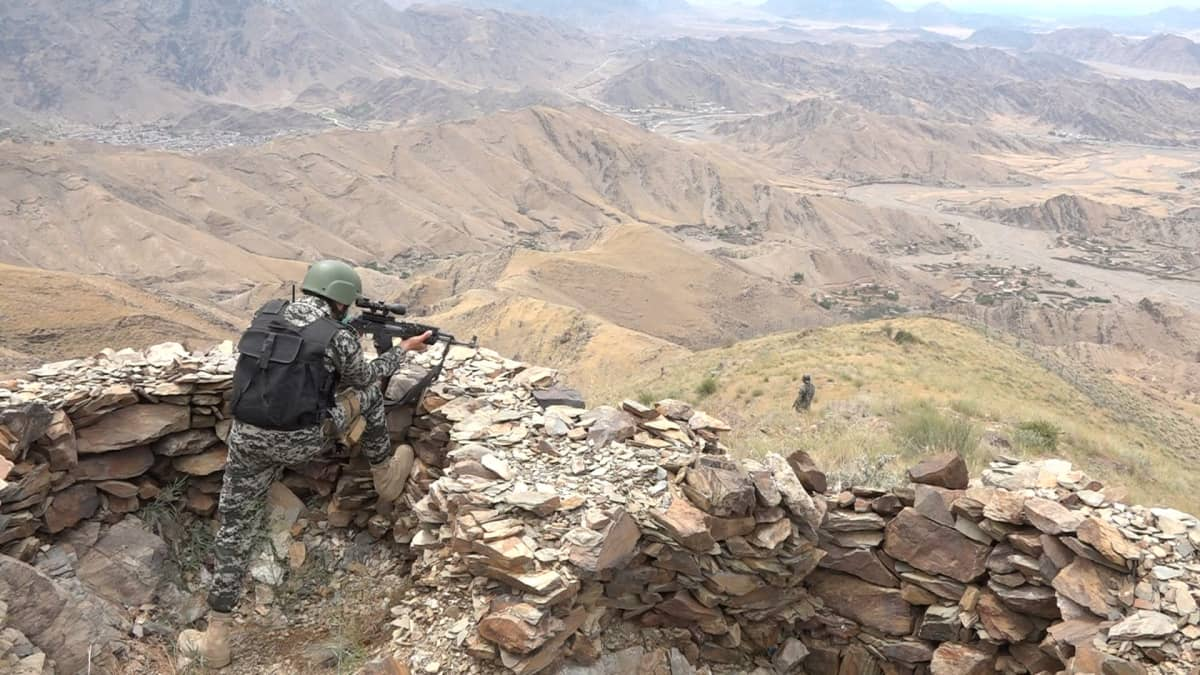 Pakistanilainen sotilas partioi Pakistanin ja Afganistanin rajaseudulla.