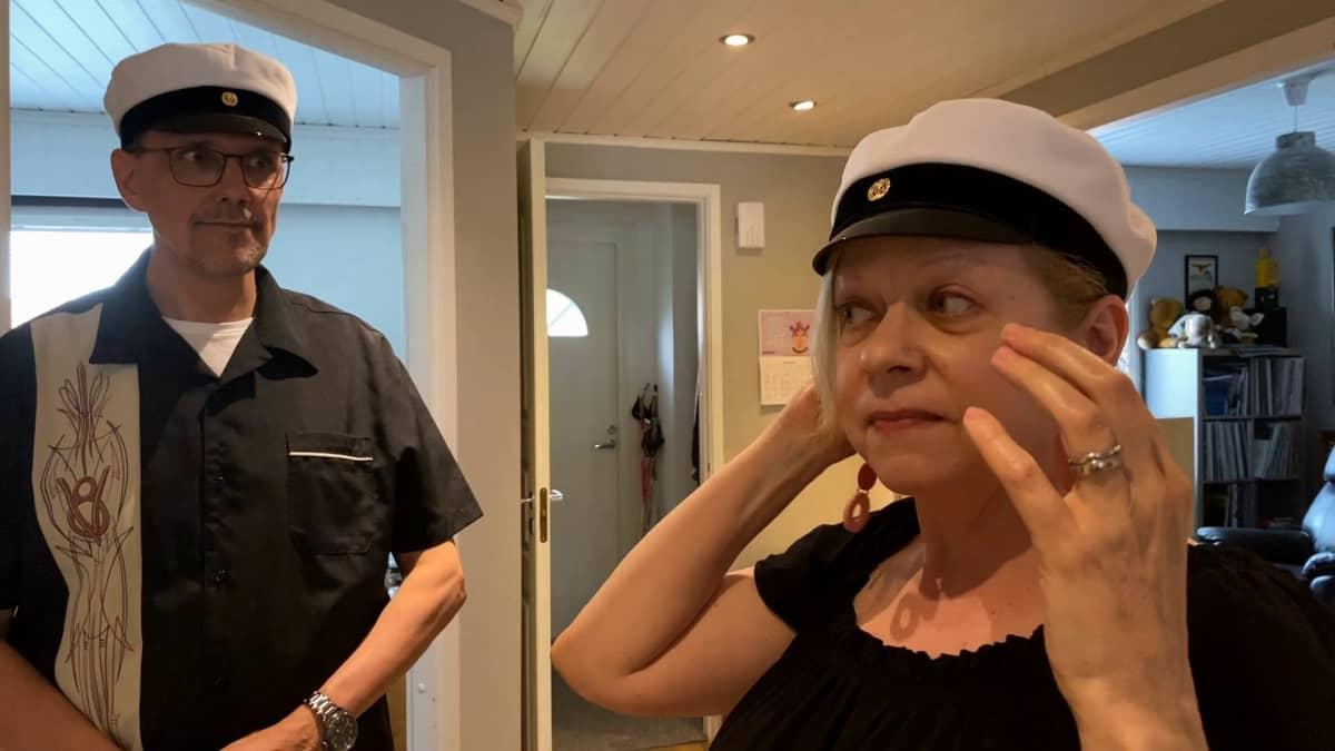 Maarit Kuusiluoto-Männikkö ja Tapani Männikkö sovittavat ylioppilaslakkeja