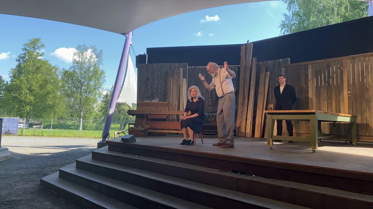 Iloisia aikoja, MIelensäpahoittaja- näytelmän harjoitukset käynnissä Porin Kirjurinluodon kesäteatterissa