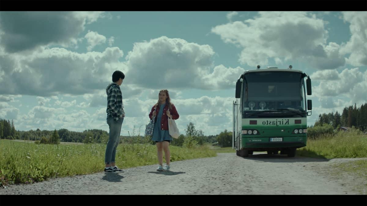 Allu (Carola Hakola) ja Kerttu (Rebecca Baer) kirjastoautolla.