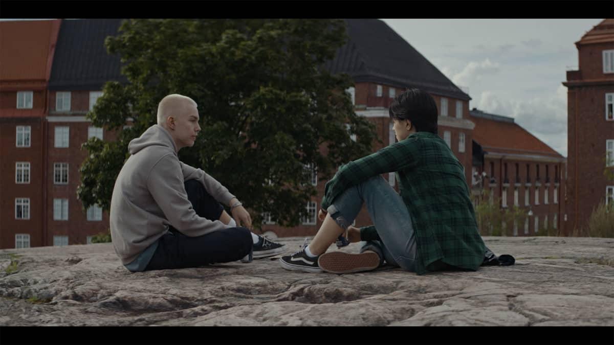 Allu (Carola Hakola) ja Taala (Romeo Lahti) helsinkiläisellä kalliolla koulun päätyttyä.