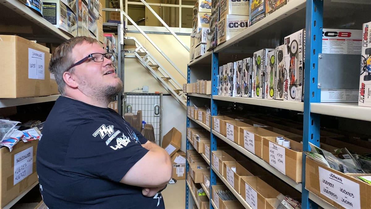 Niko Vuorenmaa tarkastelee tuotehyllyjä Euro Rc varastolla Tervakoskella
