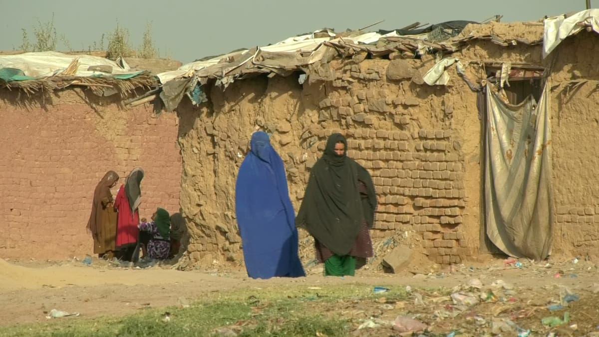 Naisia pakolaisleirillä Pakistanin Islamabadissa.