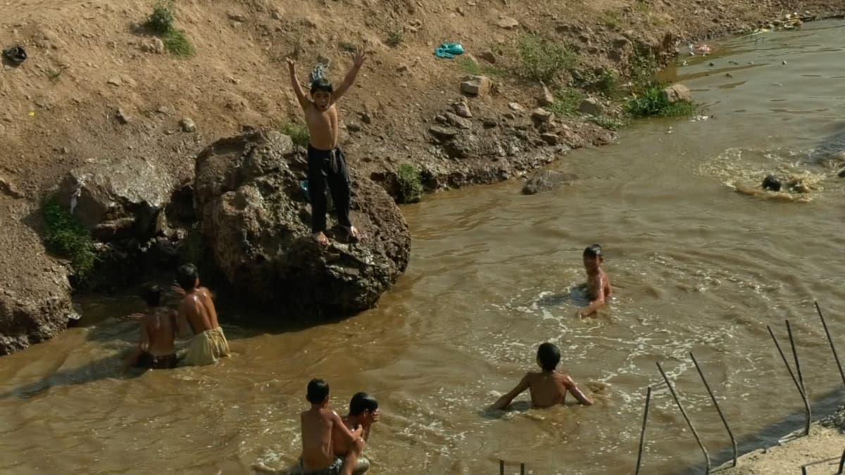Lapsia uimassa pakolaisleirillä Pakistanin Islamabadissa.