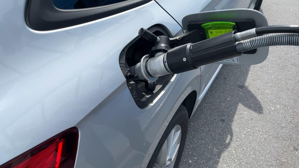 Kaasutankkausliitin kiinni autossa