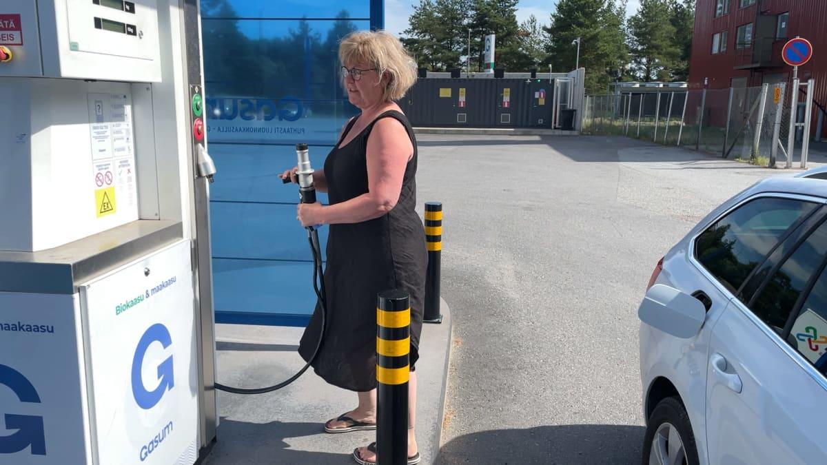 Jaana Rintamäki tankkaamassa kaasuautoaan Porissa.