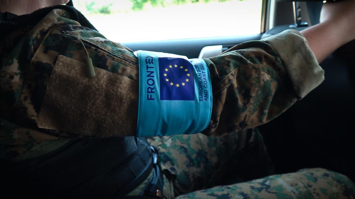 Suomalainen rajavartija kantaa Euroopan rajavirasto Frontexin -merkkiä Liettuassa.