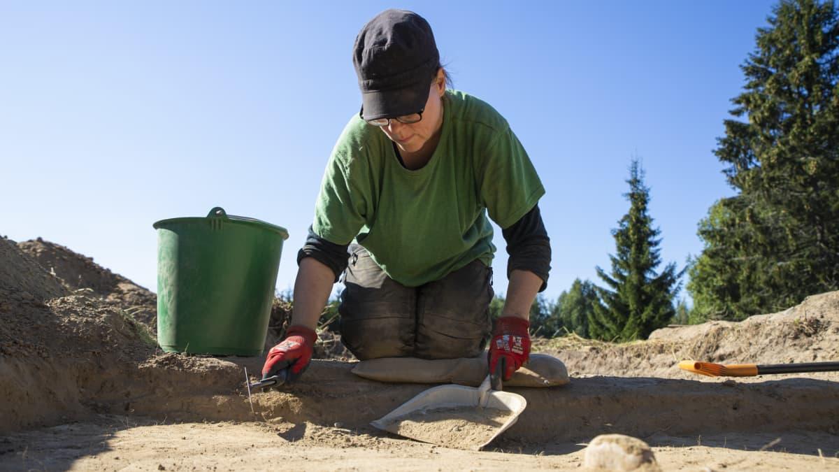 Arkeologi Anne-Mari Liira kaivaa maata.