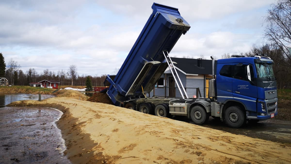 Tulvapaikalle tuodaan lisää hiekkaa kuorma-autolla Kittilässä.