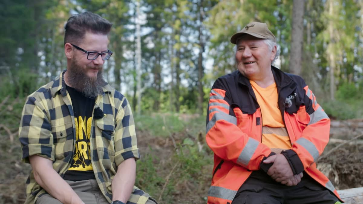 Metsäkoneyrittäjä Tero Kurula istuu nuotiolla juttelemassa isänsä, eläköityneen metsäkoneyrittäjän Taisto Kurulan kanssa.