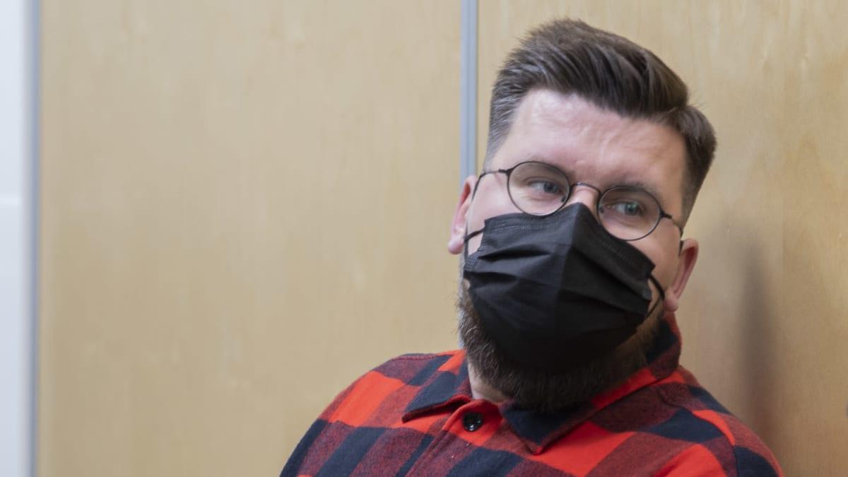 Sebastian Tynkkynen odottaa oikeudenkäyntiä maski naamallaan