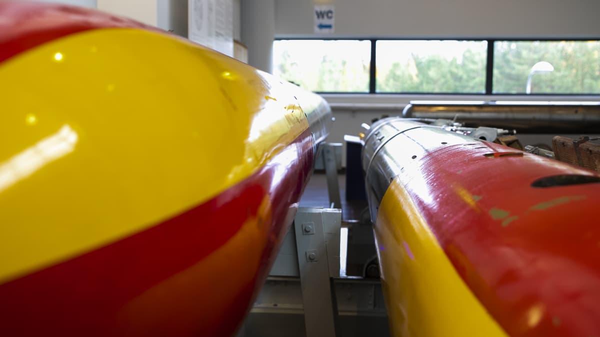 Pitkiä torpedoja puna keltaisella kärjellä.