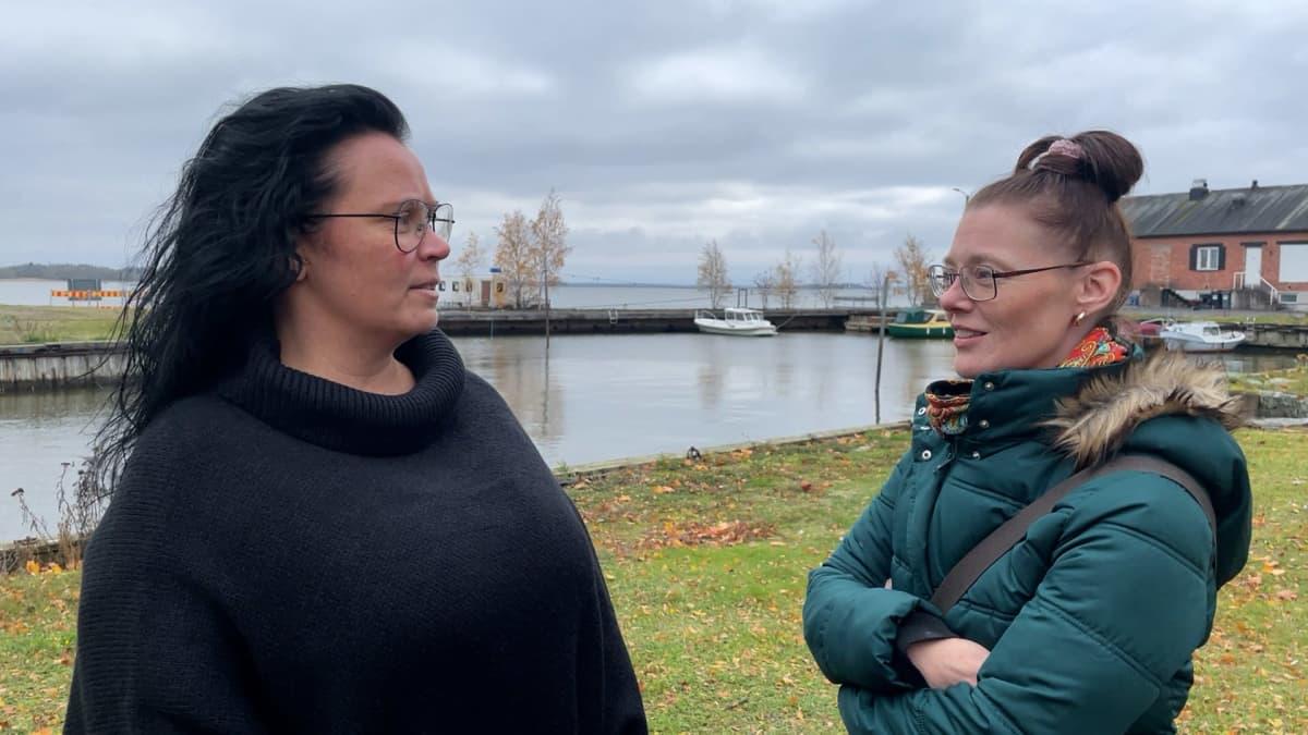 Jonna Kalliomäki ja Niina Sandholm-Erkkilä Reposaaressa