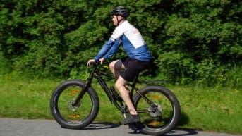 Tapani Liimatta ajaa polkupyörällä