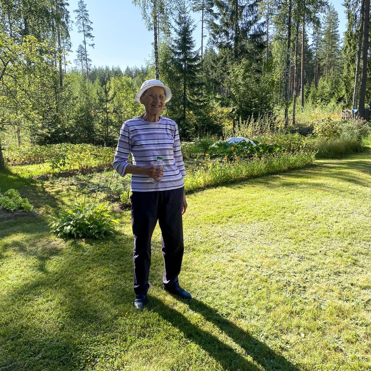 Elsa Pekkala seisoo kotipihassaan Lappeenrannassa.