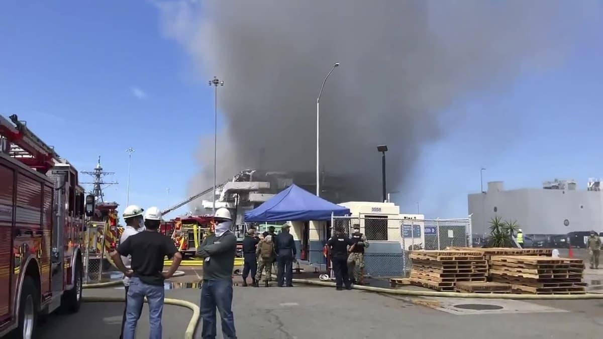 Savua levisi ilmaan San Diegossa maihinnousutukialuksella syttyneen tulipalon jälkeen.