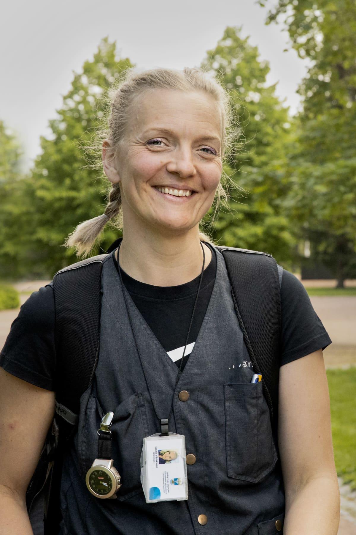 Lähihoitaja Emilia Vilokkinen hymyilee.