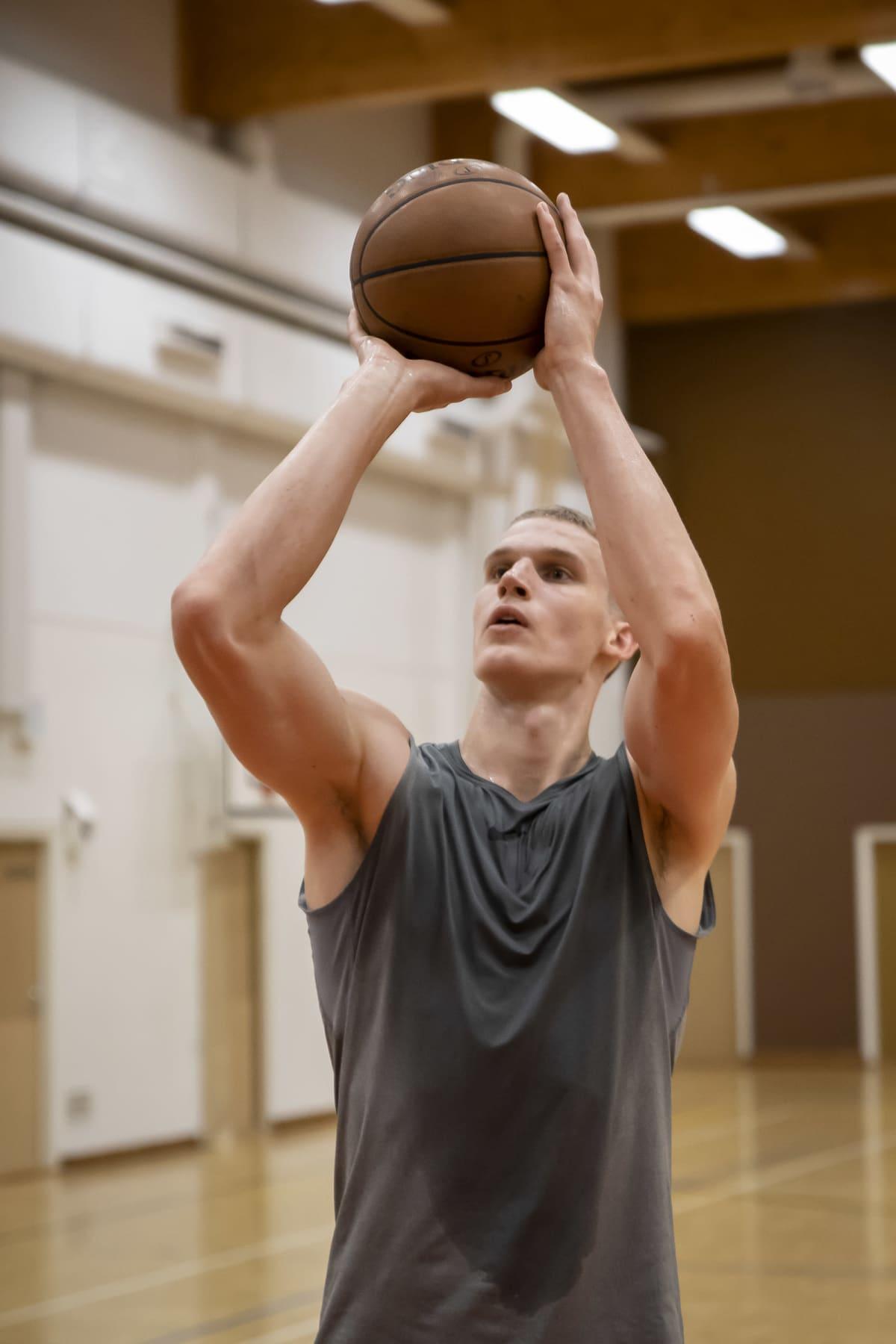 Lauri Markkanen heittää koripalloa.