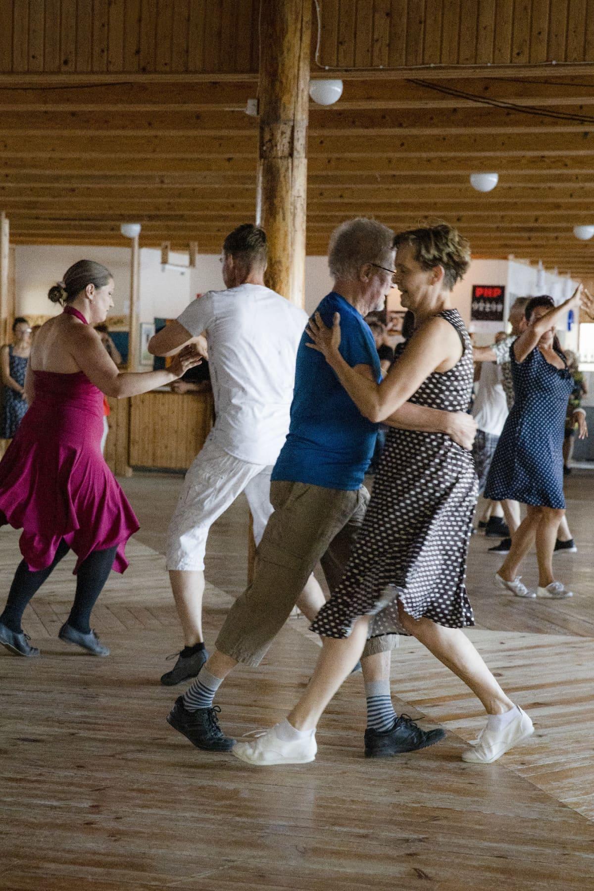 Helmat heiluvat ihmisten tanssiessa vauhdikkaasti Niemenharjun lavalla Pihtiputaalla.