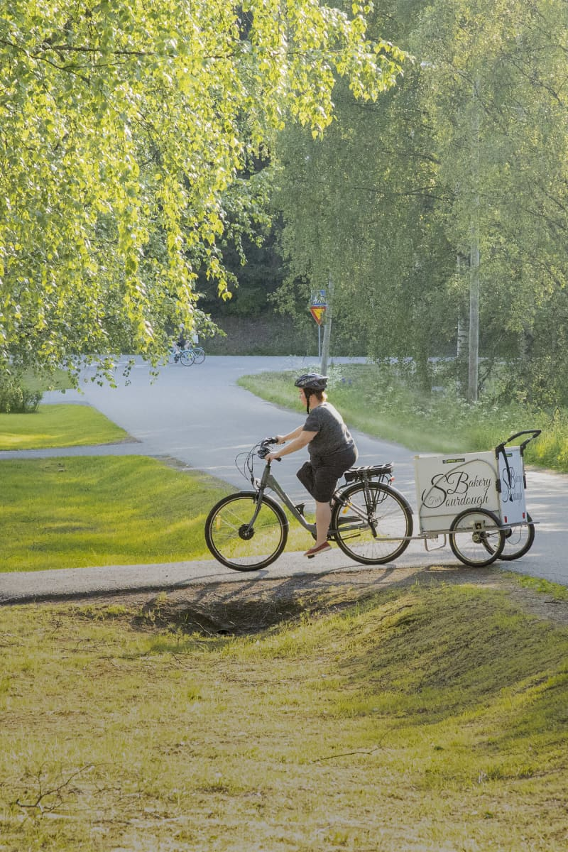 Mimmi Tick ajaa leipomon lastipyörällä.