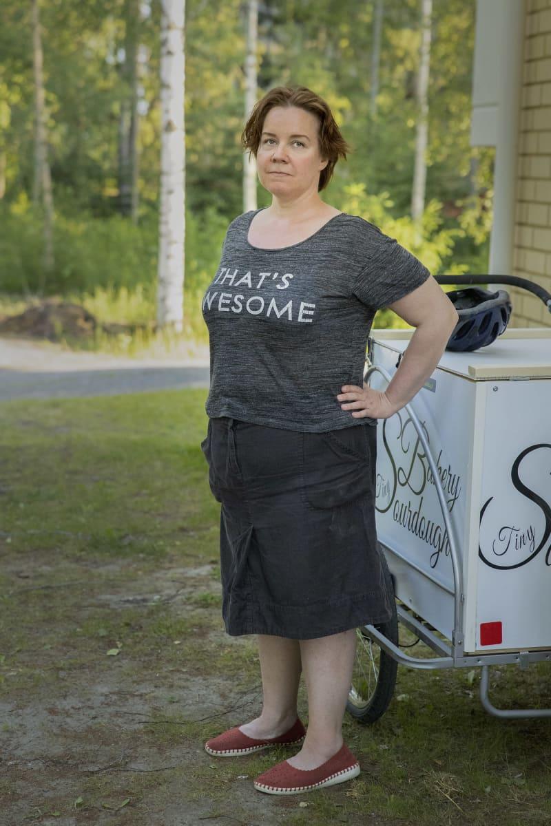 Mimmi Tick seisoo  lastipyörän vaunun edessä.