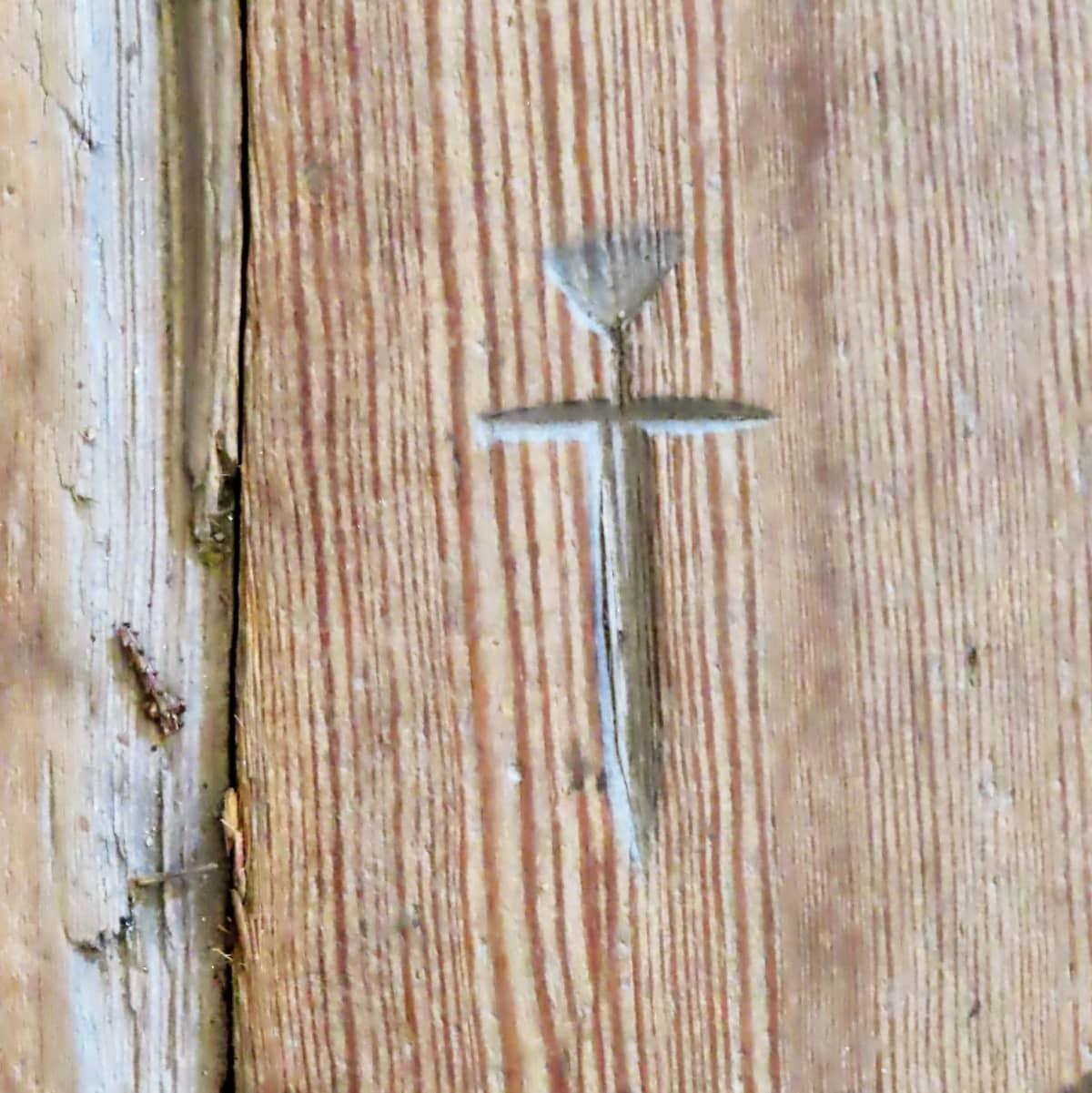 Puumerkki kirkon puulattiassa