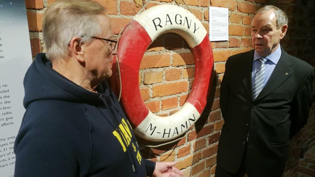 Jarmo Tuuva ja Seppo Röntynen M/T Ragnyn löytyneen pelastusrenkaan ääressä Turussa