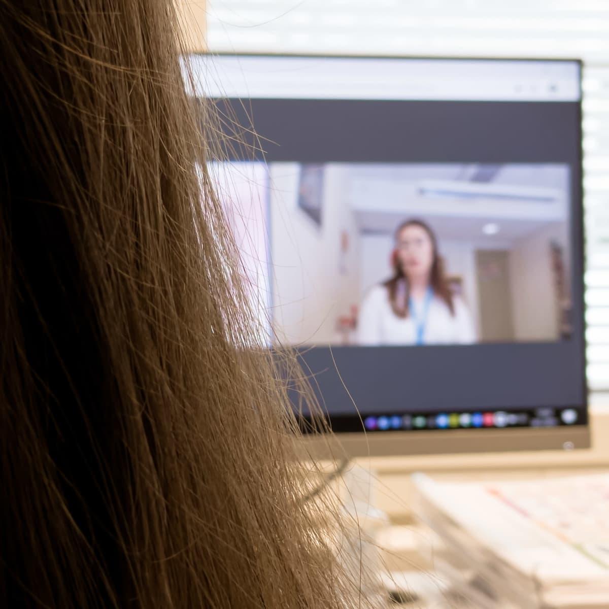 Eksoten ravitsemusterapeutti Iida Niemi tietokoneen ääressä pitämässä etävastaanottoa.