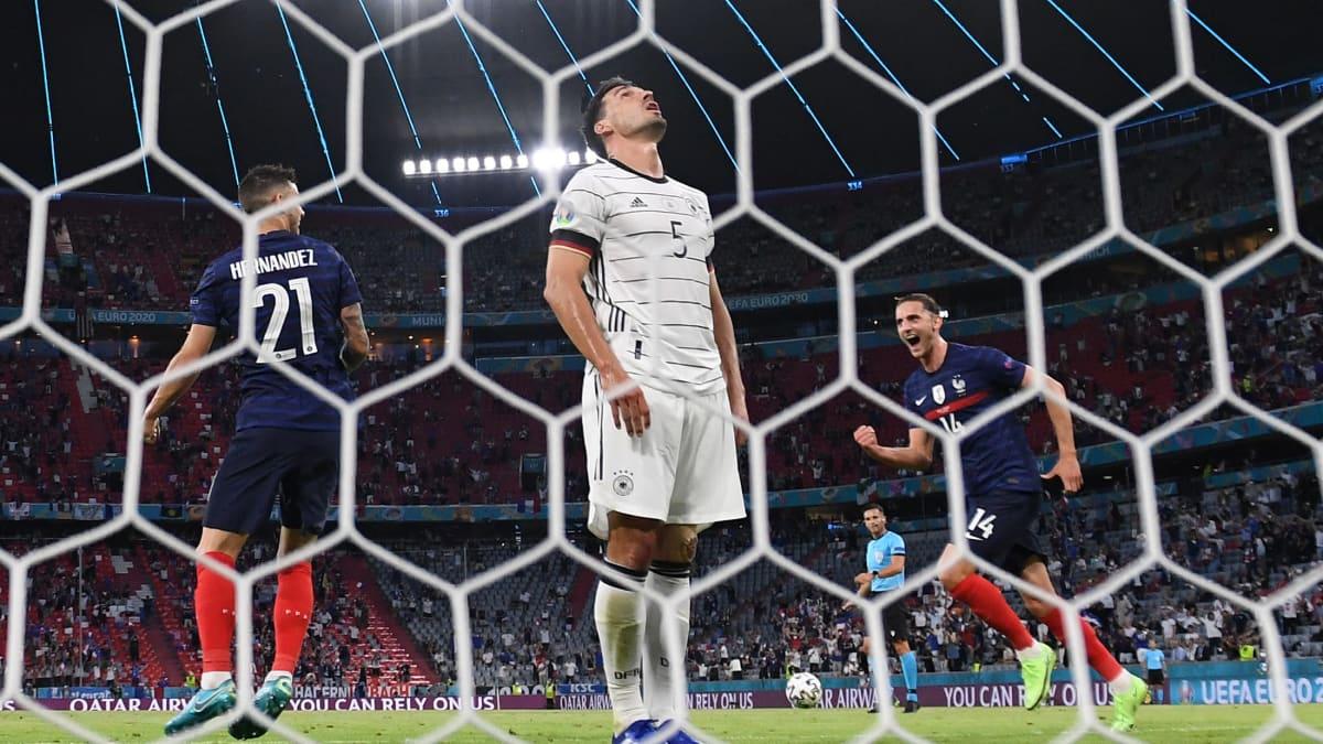 Mats Hummels ohjaa pallon omaan maaliin - Ranska 1-0