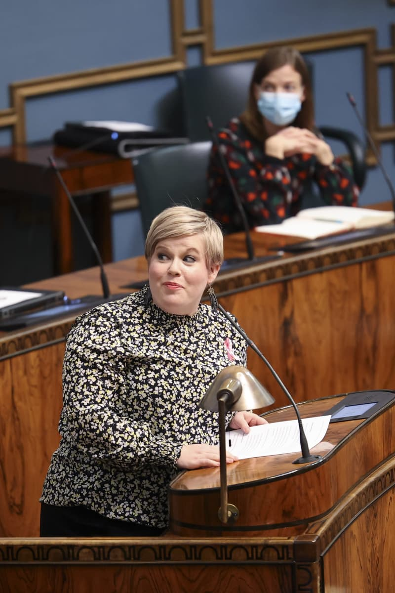 Annika Saarikko puhuu eduskunnassa, taustalla Li Anderson.