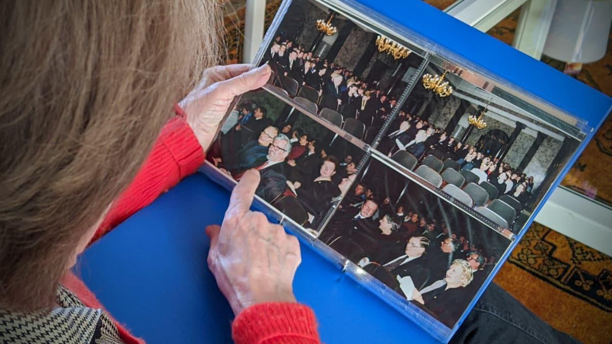 Sirkka-Liisa Kivelä osoittaa miestänsä valmistujaisvalokuvistaan.