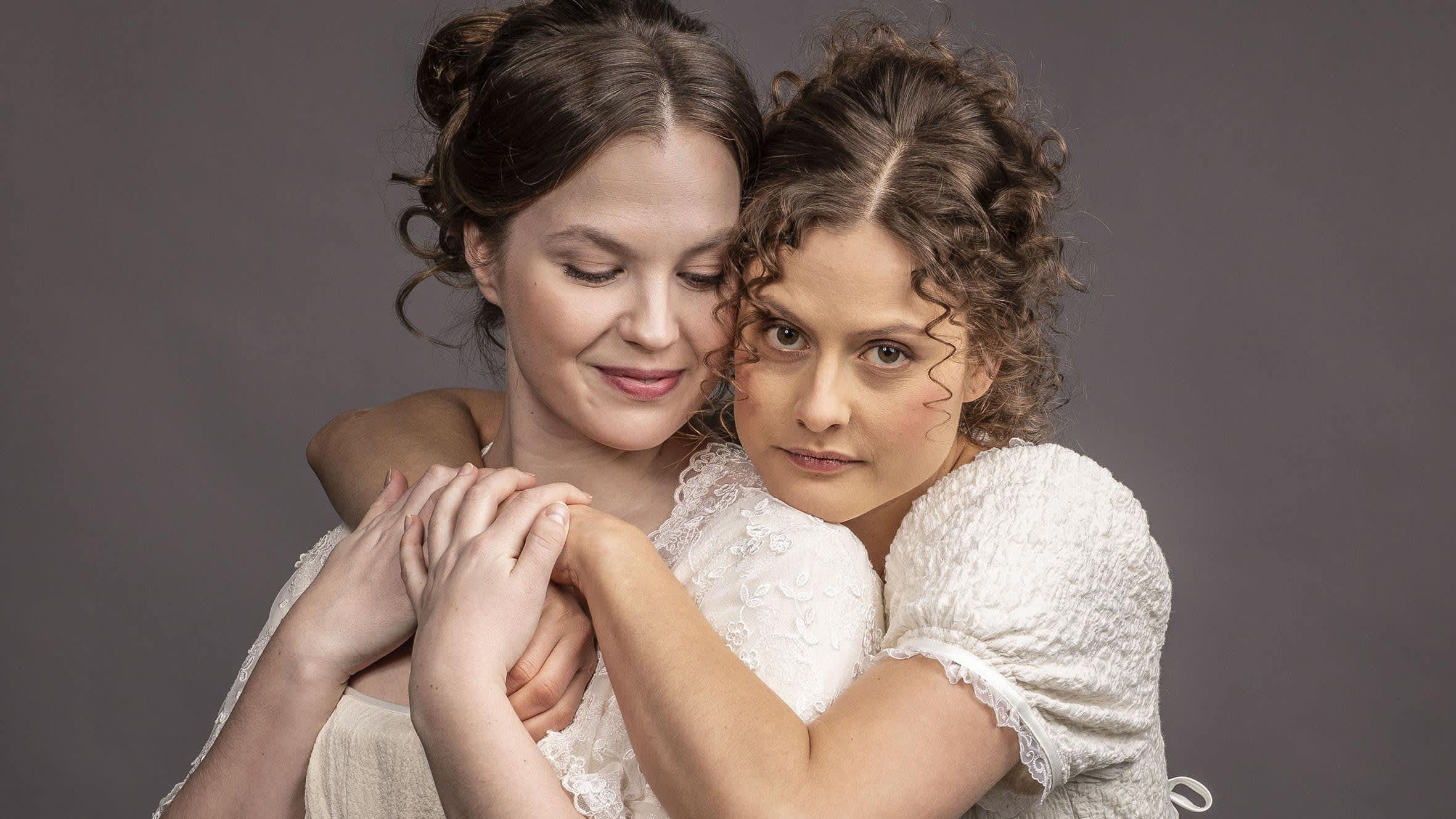 Järki ja tunteet -näytelmän kaksi nuorta naista yhteiskuvassa