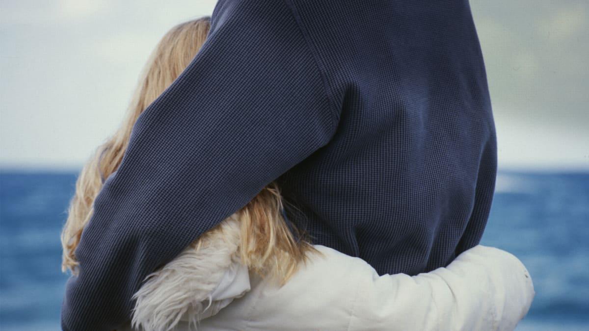 Mies halaa tytärtään
