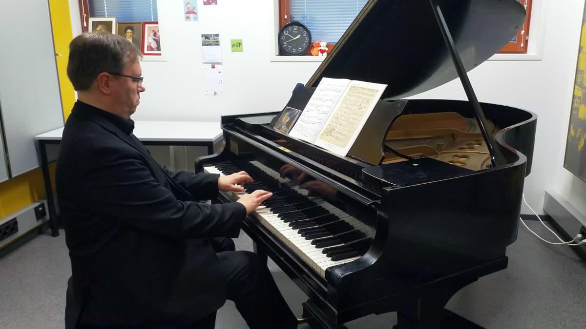 Risto-Matti Marin soittaa pianoa.