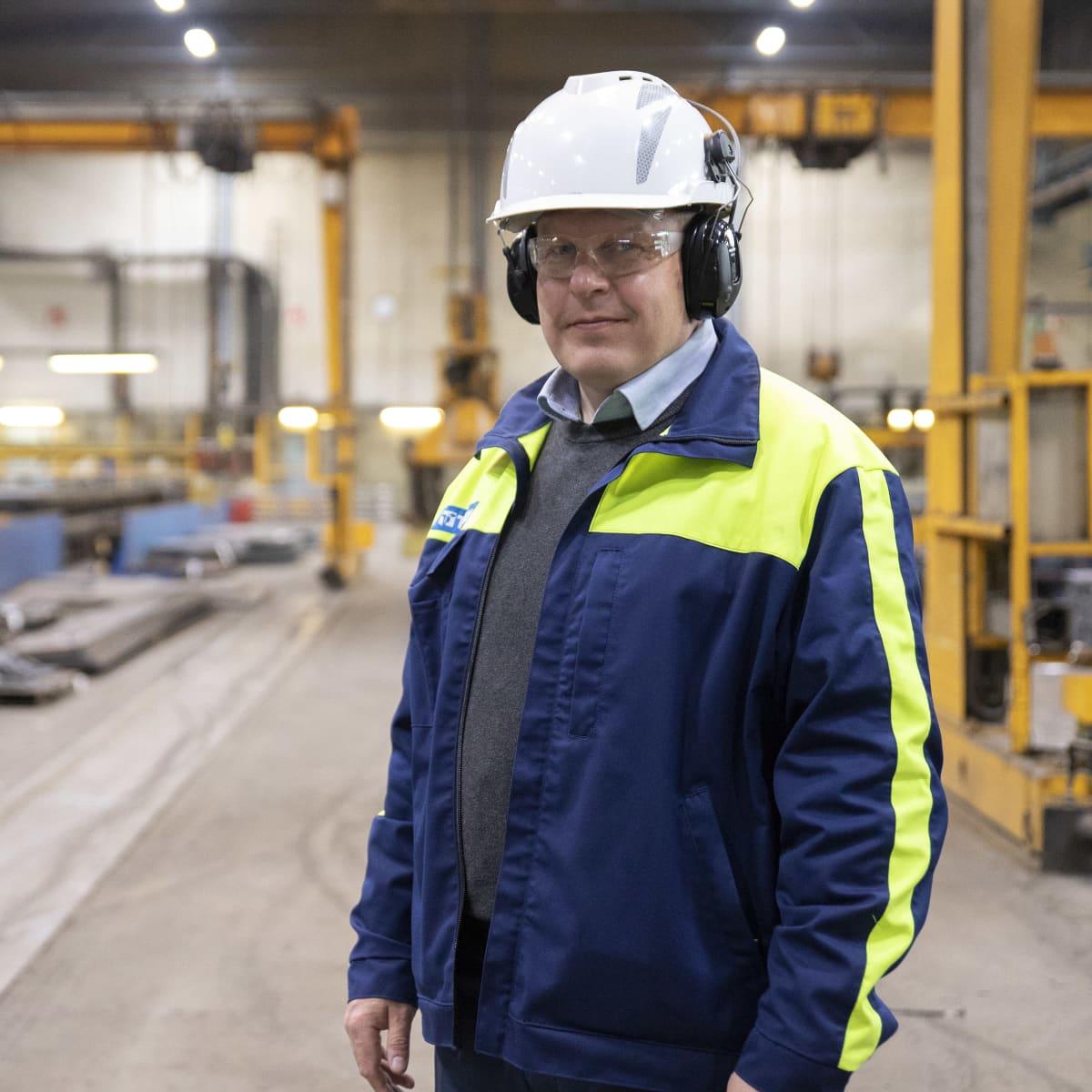 Tibnorin Seinäjoen palvelukeskuksen johtaja Arto Aro seisoo tehtaalla.