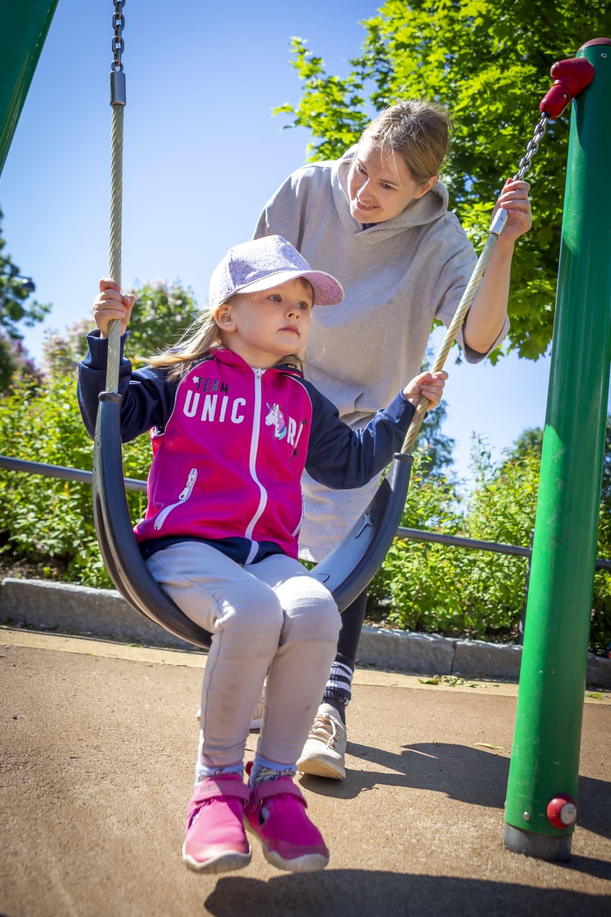 Johanna Merioja-Kauhanen, 38 ja Mimi Kauhanen, 3 leikkipuisto linjassa.