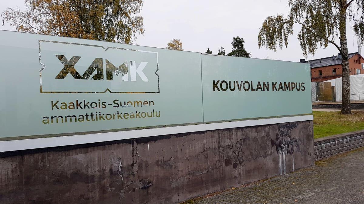 Kaakkois-Suomen ammattikorkeakoulun Kouvolan kampuksen kyltti