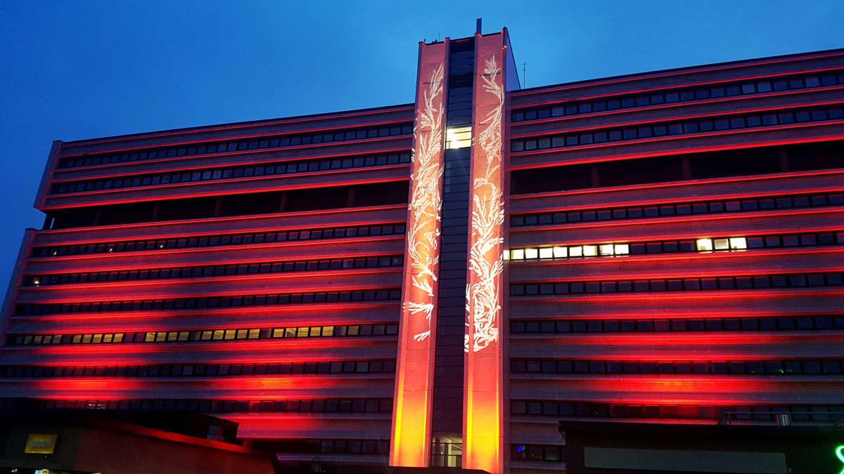 Punaiseksi valaistu Pohjola-talo Kouvolassa