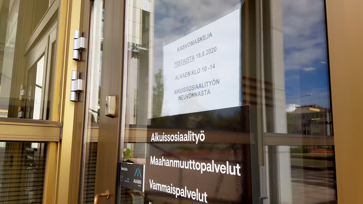 Kouvolan sosiaalitoimiston ulko-ovi