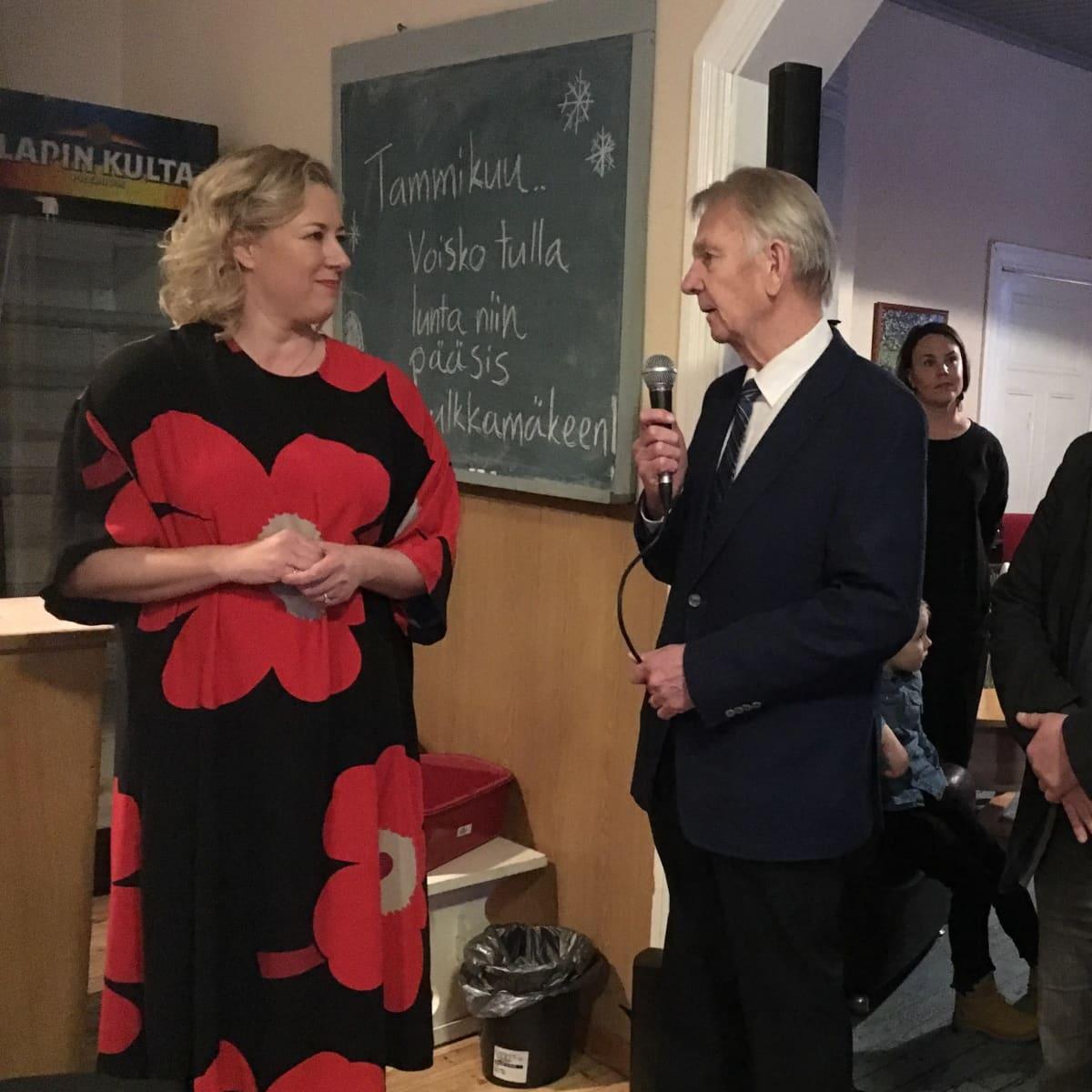 EU-komissaari Jutta Urpilainen vastaanottaa tervehdyksen entiseltä kansanedustajakollegaltaan Bjarne Kallikselta.