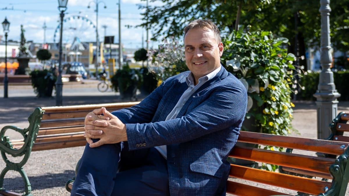 Helsingin työvoima- ja maahanmuuttoyksikön päällikkö Ilkka Haahtela Espan puistossa Helsingissä.