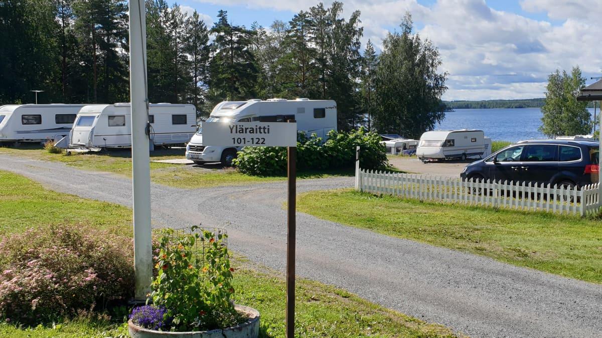 Asuntovaunuja camping-alueella.