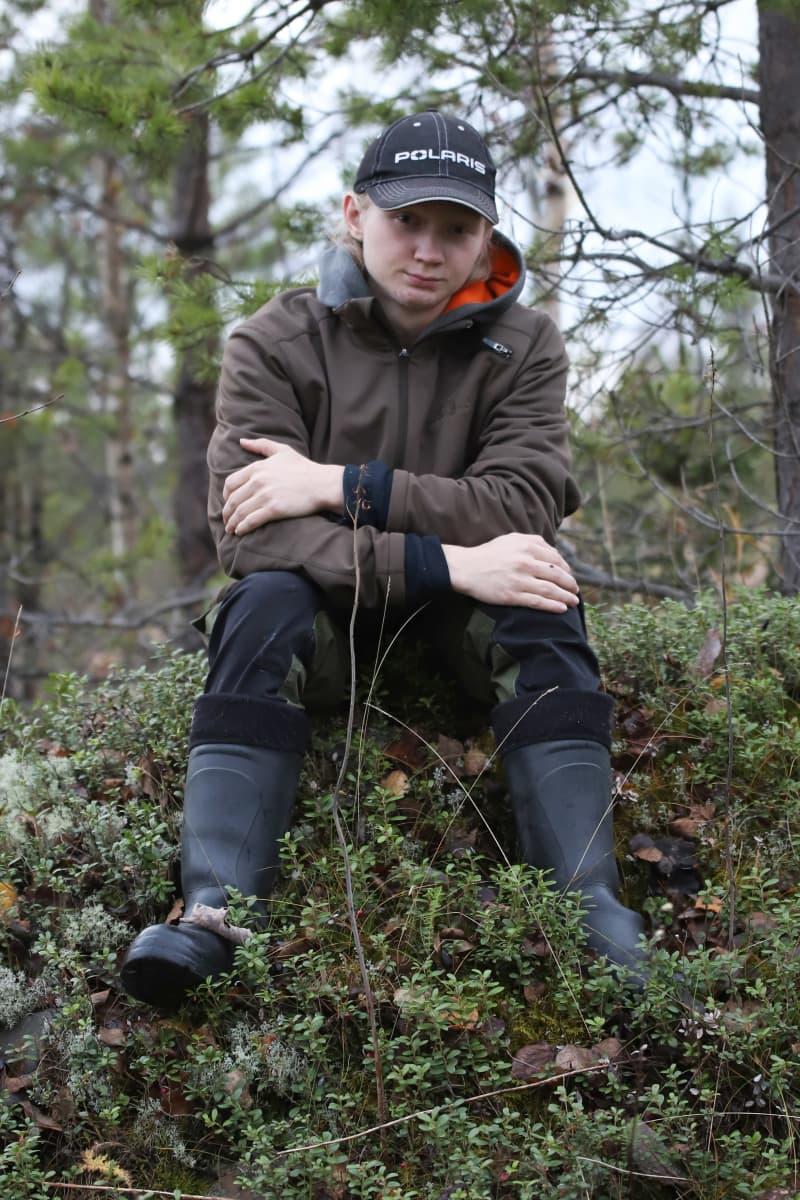 Nico Kauppila istuu marjastuspaikalla