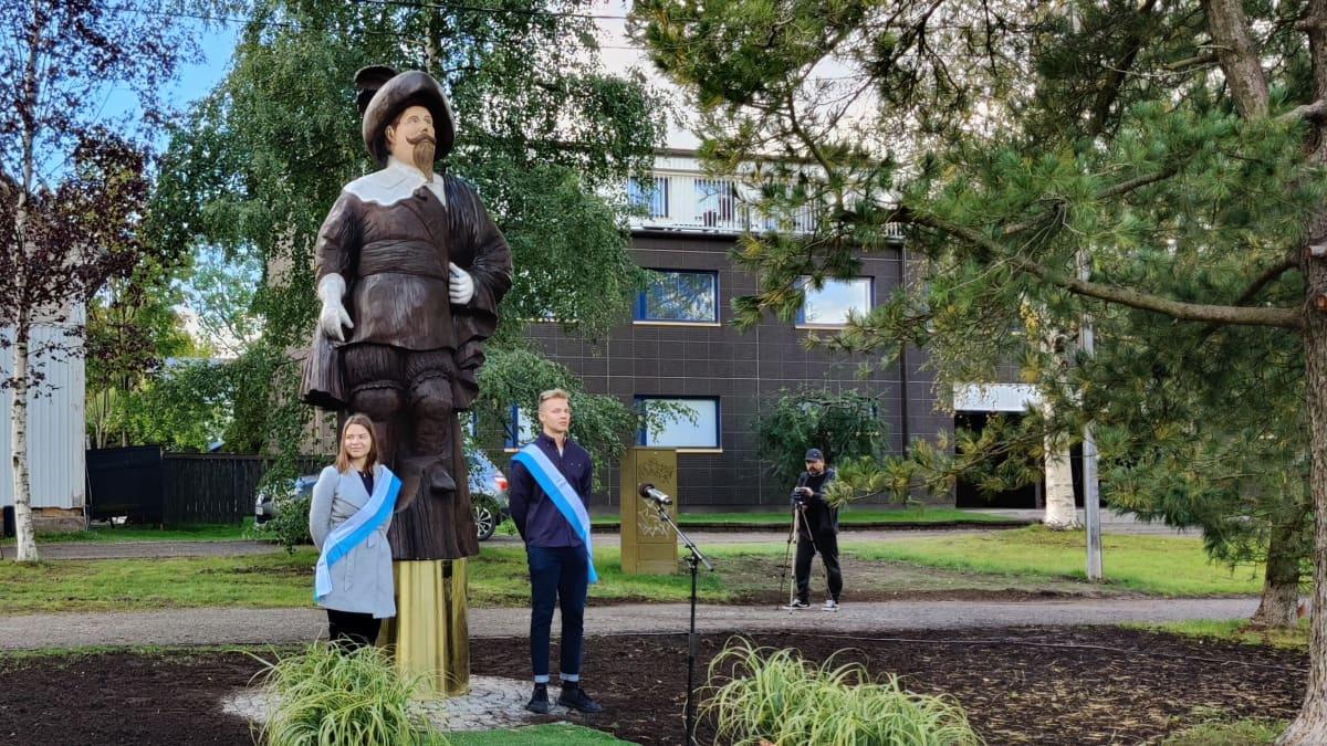 Kustaa II Adolfin patsas paljastettiin osana Kokkolan 400-vuotisjuhlallisuuksia