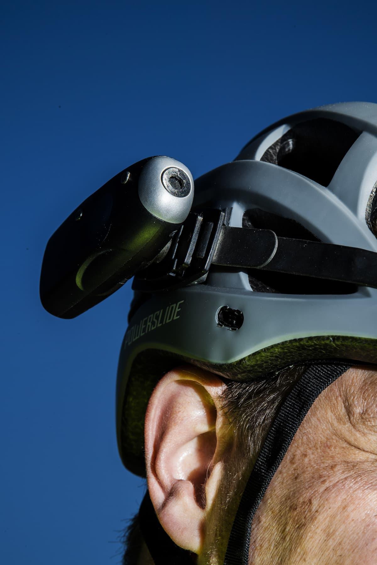 Rullaluistelua harrastava Pasi Tuominen valokuvattiin Helsingissä kesäkuun alussa vuonna 2020. Luistellessa Tuominen käyttää kypärää ja siihen kiinnitettyä videokameraa.
