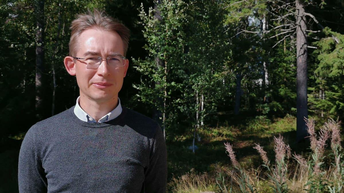 Luonnonvarakeskuksen tutkija Lari Venerantaseisoo metsän reunalla