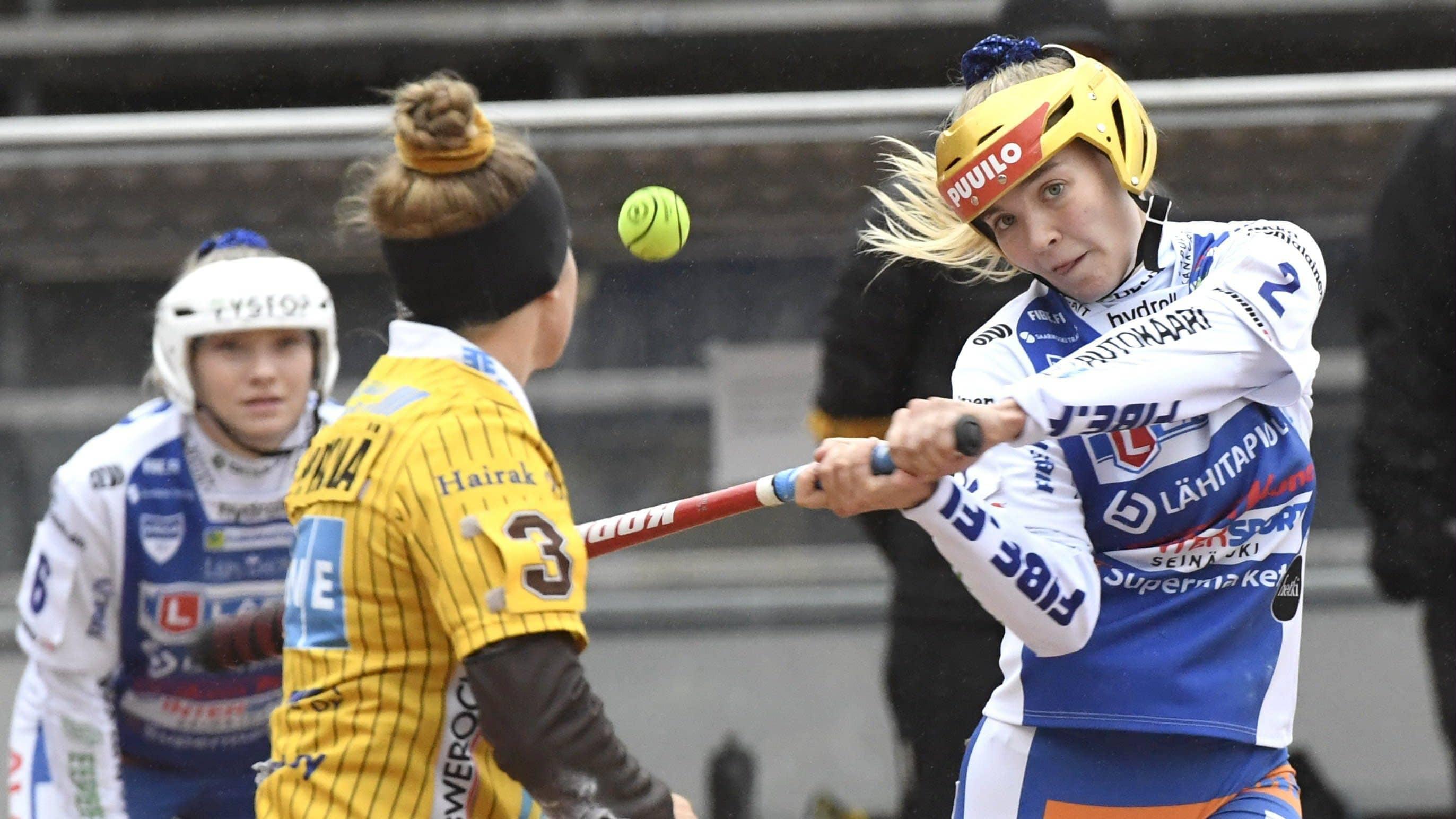 Lapuan Kaija Peräaho lyömässä Tahkon Anni Heikkilän syöttöön.