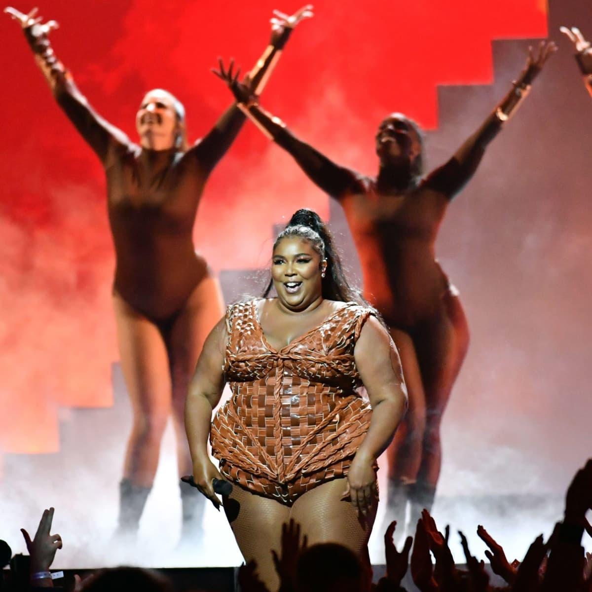 Lizzo esiintymässä Brit Awardseissa Lontoossa 2020.